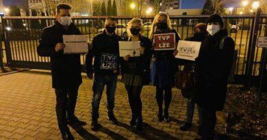 demonstracja przed siedzibą TVP fot. B. Andre