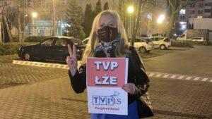 demonstracja przed siedziba tvp fot. b.andre 1 300x169 - Poznań: Spacer przed siedzibą TVP w proteście przeciwko propagandzie