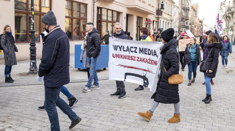 marsz o wolnosc antyszczepionkowcy fot. slawek wachala 3172 800x445 - Poznań: Marsz o Wolność. I przeciwko koronawirusowi