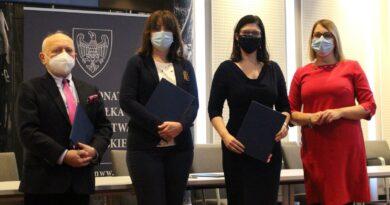Paulina Stochniałek, podpisanie umowy o in vitro fot. UMWW