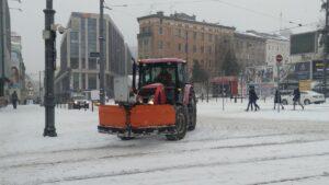 plac wiosny ludow plug sniezny fot. l. lada 300x169 - Poznań: Zima wygrała z drogowcami i MPK