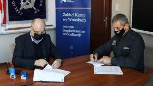 podpisanie umowy w Zakładzie Karnym we Wronkach fot. szer. Jolanta Żółkiewska
