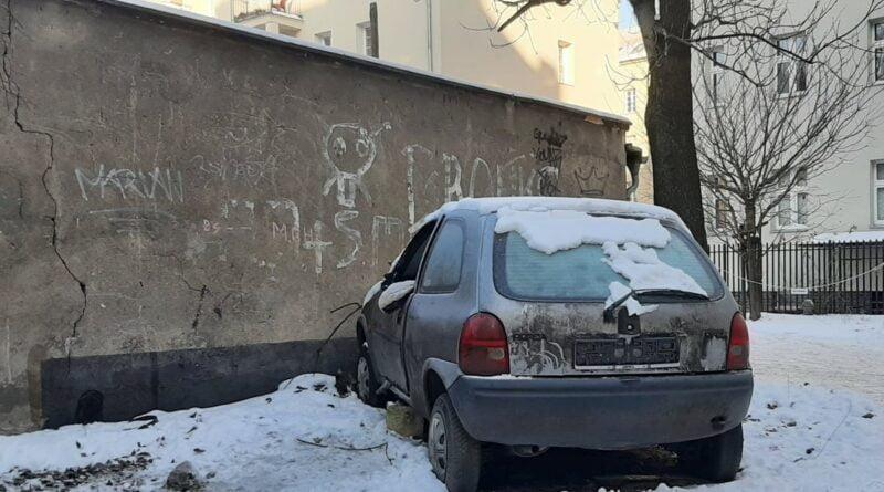 samochód, w którym koczował bezdomny fot. SMMP