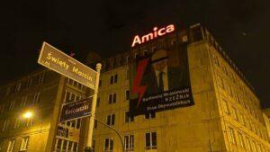 bartlomiej wroblewski na bannerze fot. strajk kobiet 300x169 - Poznań: Bartłomiej Wróblewski na bannerze. Z paskiem na oczach
