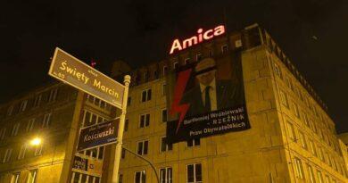 Bartłomiej Wróblewski na bannerze fot. Strajk Kobiet