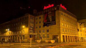 bartlomiej wroblewski na bannerze fot. strajk kobiet2  300x169 - Poznań: Bartłomiej Wróblewski na bannerze. Z paskiem na oczach