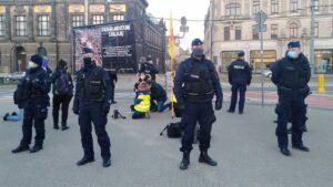 dwie demonstracje na placu wolnosci5 300x169 - Poznań: Za i przeciw aborcji, czyli dwie demonstracje na placu Wolności