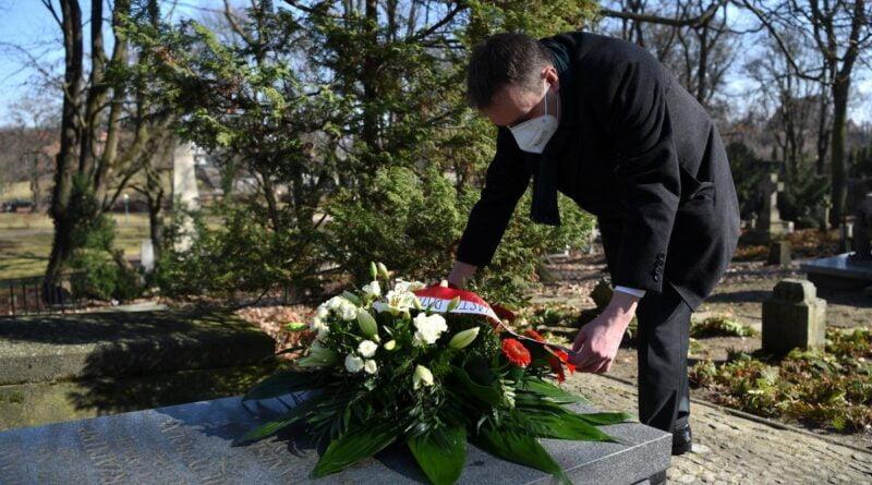 Mariusz Wiśniewski przy grobie prezydenta Ratajskiego fot. UMP