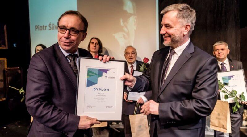 Na zdjęciu: Marszałek Marek Woźniak wręcza nagrodę prof. Piotrowi Śliwińskiemu z UAM (2018 r.) fot. M. Forecki