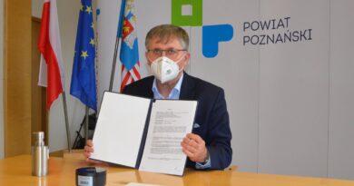 podpisanie umowy o stypendia, wicestarosta Tomasz Łubiński fot. PP2