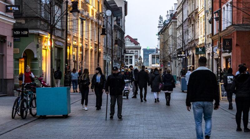 Poznań Stare Miasto wieczór przed lockdownem fot. Sławek Wąchała