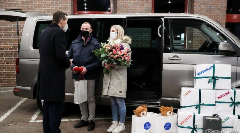 premier Mateusz Morawiecki z rodzicami pięcioraczków fot. FB M. Morawiecki