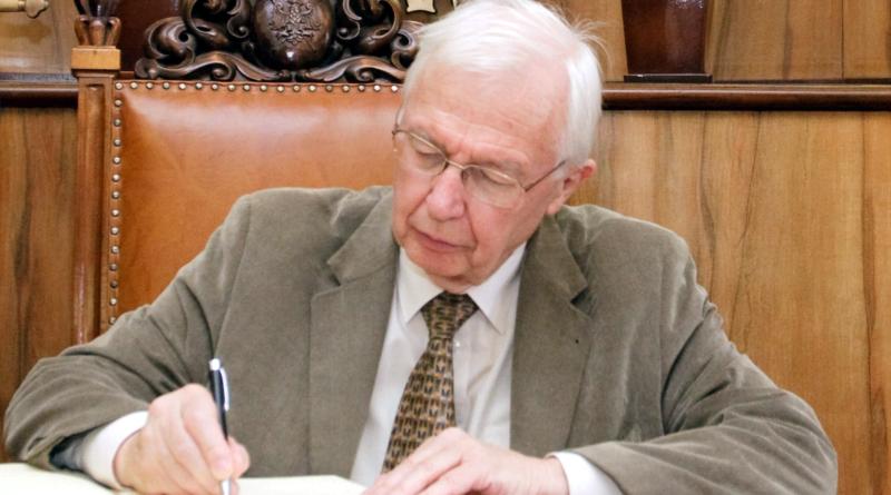 prof. Jean-Marie Lehn wpisuje się do KsięgiPamiątkowej UAM podczas wizyty w 2015 roku fot. Maciej Męczyński UAM