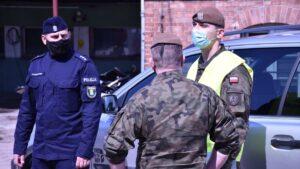 ewakuacja koronawirus fot. 12wbot2 300x169 - Skwierzyna: Ewakuacja 15 pacjentów ze szpitala. Pomogli terytorialsi