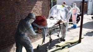 ewakuacja koronawirus fot. 12wbot3 300x169 - Skwierzyna: Ewakuacja 15 pacjentów ze szpitala. Pomogli terytorialsi