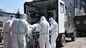 ewakuacja koronawirus fot. 12wbot4 300x169 - Skwierzyna: Ewakuacja 15 pacjentów ze szpitala. Pomogli terytorialsi