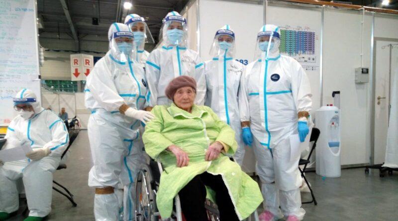 Najstarsza pacjentka i jej lekarze fot. FB Szpitala Przemienienia Pańskiego