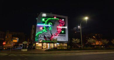 neon z Krzysztofem Komedą fot. UM Ostrów