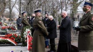 premier i wicepremier zlozyli kwiaty na grobach ofiar katastrofy smolenskiej fot. kprm 300x169 - Prezydent i premier złożyli kwiaty na grobach ofiar katastrofy smoleńskiej