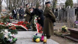 premier i wicepremier zlozyli kwiaty na grobach ofiar katastrofy smolenskiej fot. kprm2 300x169 - Prezydent i premier złożyli kwiaty na grobach ofiar katastrofy smoleńskiej