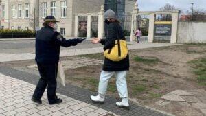 straz miejska rozdaje maseczki fot. smmp 300x169 - Poznań: Strażnicy rozdają maseczki poznaniakom