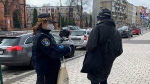 straz miejska rozdaje maseczki fot. smmp4 300x169 - Poznań: Strażnicy rozdają maseczki poznaniakom