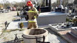 studnia fot. osp klodawa 300x169 - Koło: Kobieta wpadła do studni. Na cmentarzu