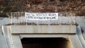 transparent w karolinie fot. komisja dobrego porzadku 300x169 - Poznań: Transparent z przestrogą na wiadukcie