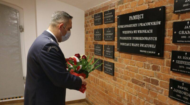 Złożenie kwiatów z okazji 81. rocznicy Zbrodni Katyńskiej przez kpt. Mariusza Przybyła fot. ZK Wronki