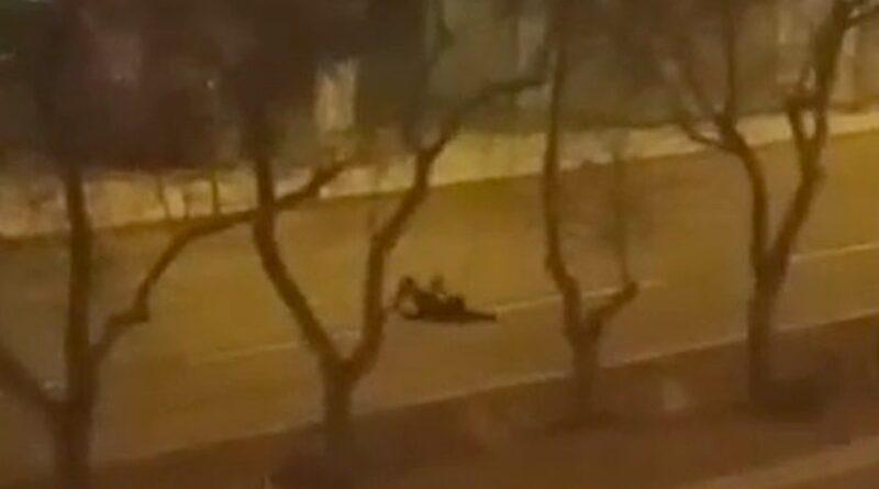 kładzenie się na jezdni - fragment filmu fot. policja Piła