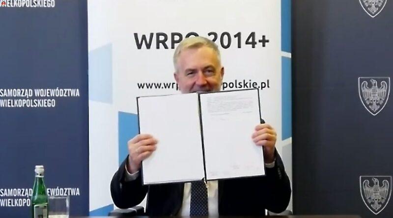 marszałek Marek Woźniak z podpisana umową fot. UMWW