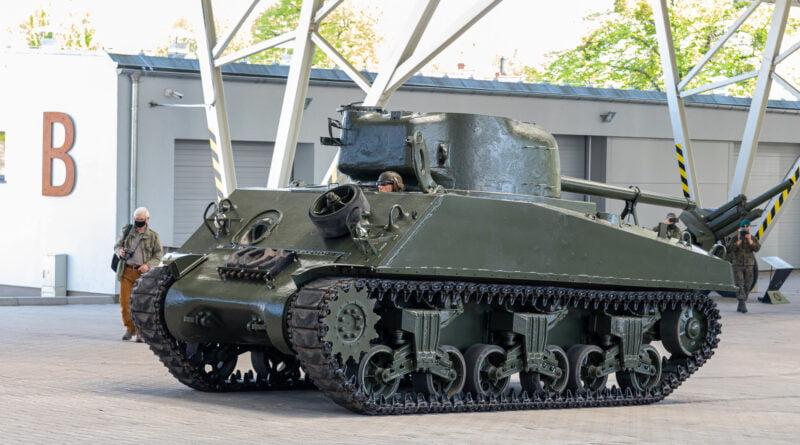Muzeum Broni Pancernej w Poznaniu wojenny czołg Sherman uzbrojony w 76,2mm armatę fot. Sławek Wąchała