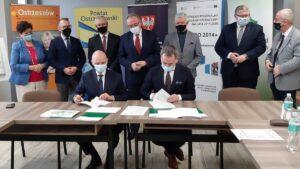 podpisanie umowy o rozbudowe drogi wojewodzkiej nr 444 fot. wzdw2 300x169 - Ostrzeszów: Umowa o rozbudowę drogi wojewódzkiej nr 444 podpisana