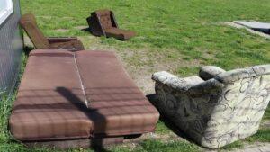 podrzucone meble fot. um szamotuly 300x169 - Szamotuły: Stare meble zostawione przy orliku. I przy kamerze