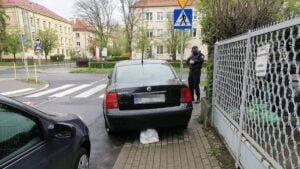 samochod blokujacy chodnik fot. smmp 300x169 - Poznań: Zablokował chodnik - dostał mandat w prezencie