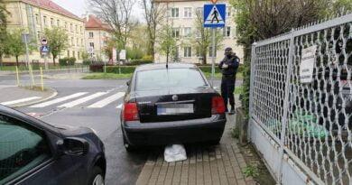 samochód blokujący chodnik fot. SMMP