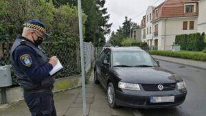 samochod blokujacy chodnik fot. smmp2 300x169 - Poznań: Zablokował chodnik - dostał mandat w prezencie