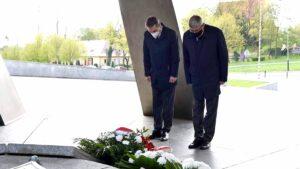 zlozenie kwiatow przed pomnikiem armii poznan fot. ump 300x169 - Poznań: Kwiaty przed pomnikiem Armii Poznań