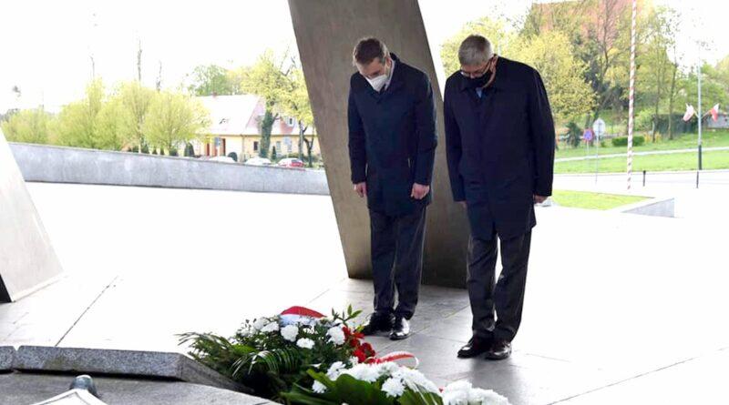 złożenie kwiatów przed pomnikiem Armii Poznań fot. UMP