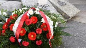 zlozenie kwiatow przed pomnikiem armii poznan fot. ump2 300x169 - Poznań: Kwiaty przed pomnikiem Armii Poznań