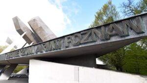 zlozenie kwiatow przed pomnikiem armii poznan fot. ump3 300x169 - Poznań: Kwiaty przed pomnikiem Armii Poznań