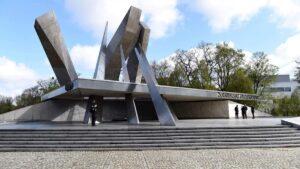 zlozenie kwiatow przed pomnikiem armii poznan fot. ump4 300x169 - Poznań: Kwiaty przed pomnikiem Armii Poznań