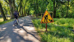 budowa oswietlenia w parku wodziczki fot. rowerowy poznan2 300x169 - Poznań: Budowa oświetlenia w parku Wodziczki już trwa!