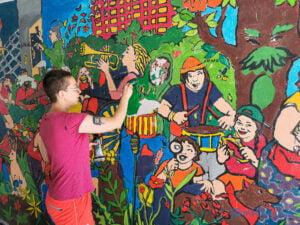 Czyszczenie i naprawa muralu w przejściu przy osiedlu Lecha fot. Sławek Wąchała