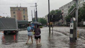 deszcz i burza fot. k. adamska11 300x169 - Poznań: Ponad 1500 zgłoszeń do straży pożarnej z powodu ulewy!