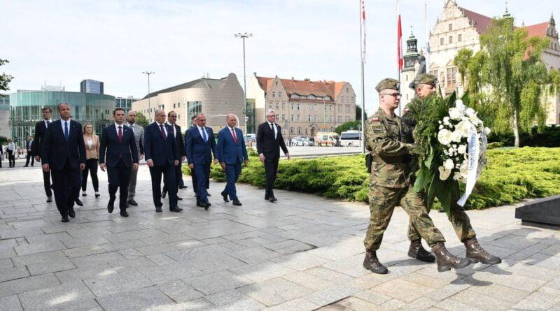 ministrowie spraw zagranicznych składają kwiaty przed pomnikiem Poznańskiego Czerwca '56 fot. K. Adamska