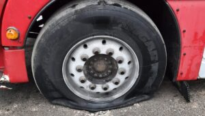 pekniete opony fot. policja 300x169 - Kalisz: Piorun uderzył w ciągnik!