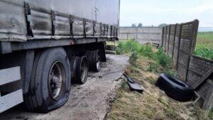 pekniete opony fot. policja2 300x169 - Kalisz: Piorun uderzył w ciągnik!