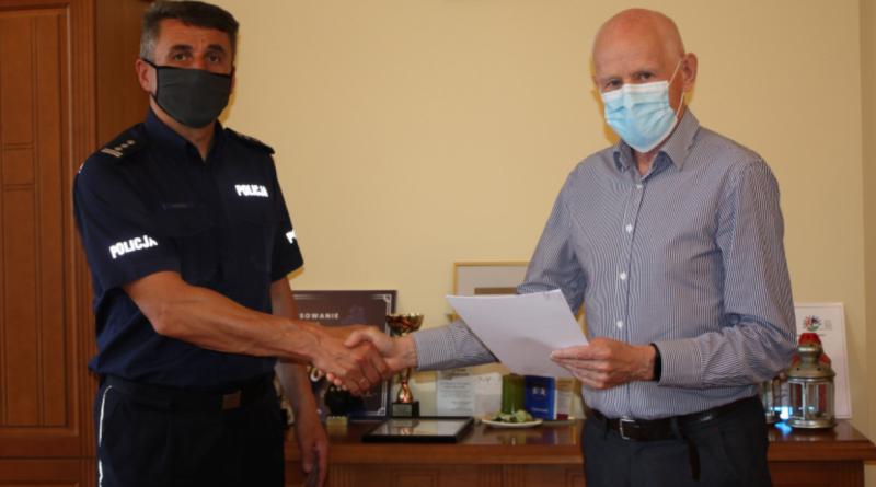 podpisanie porozumienia w sprawie dofinnasowania kupna radiowozu fot. policja Czarnków