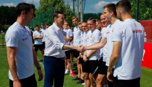 premier m. morawiecki i polska reprezentacja w opalenicy fot. kprm2 300x173 - Opalenica: Premier odwiedził piłkarzy
